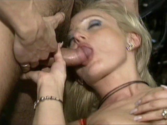 Une bombe sexuelle baise dans sa cuisine - SEX TUBE - TuKif